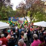 Terasse + Garten voller Leute